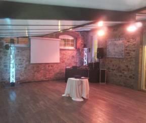 salle de danse contigüe à la salle de réception de 100 m2 sur parquet en chêne